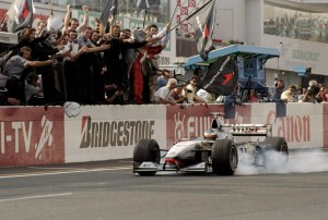 Mika Hakkinen slavi pobjedu na VN Japana i svoj prvi naslov svjetskog prvaka koji je osvojio s okruglih 100 bodova. (1. 11. 1998.) Foto: McLaren