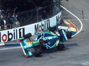 Trenutak koji je Schumacheru donio prvi naslov prvaka - Michael je završio u barijerama, a Hill sa slomljenim ovjesom pa je naslov pripao Nijemcu koji je uoči posljednje utrke imao bod prednosti ispred Britanca. (13.11.1994.) Foto: f1fanatic