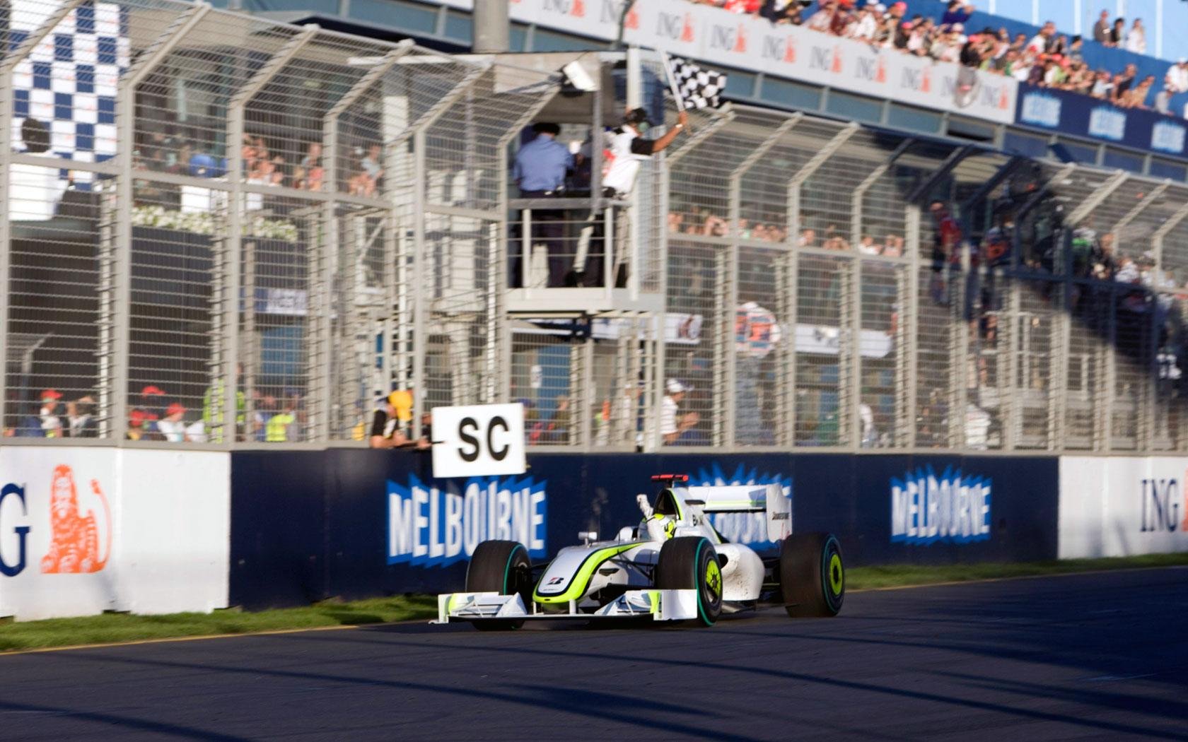 Jenson Button slavi na prvoj utrci sezone u Australiji u Brawn GP-u 001. Britanac je pobijedio na šest od prvih sedam utrka sezone i na kraju osvojio svoj prvi naslov svjetskoga prvaka. (29.3.2009.) Foto: f1fansite