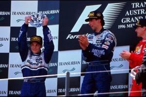 Pobjednik Damon Hill (sredina) i trećeplasirani Eddie Irvine (desno) čestitaju Jacquesu Villeneuveu (lijevo) koji je u svom prvom nastupu u Formuli 1 ostvario pole position i drugo mjesto u utrci. (10.3.1996.) Foto: Williams