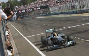 Lewis Hamilton ostvario je jedinu pobjedu u 2013. na VN Mađarske. Bila je to prva od mnogih pobjeda koje će ostvariti za momčad Mercedesa. (28. 7. 2013.) Foto: metrouk
