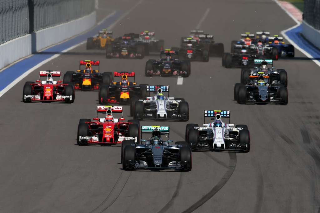 Start od the Russian GP Sochi F1 2016 Foto Mercedes