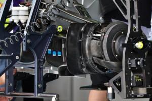 Kočioni sustav na Mercedesu W04. Vide se i spremnici kočione tekućine smješteni u monokoku bolida. Foto: f1technical