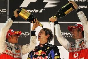 Sebastian Vettel slavi svoj prvi naslov prvaka u društvu McLarenovih vozača Hamiltona i Buttona. (14.11.2010.) Foto: benzinsider