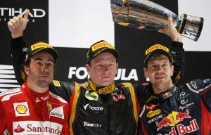 Kimi Raikkonen slavi prvu pobjedu nakon povratka u Formulu 1, u društvu svjetskih prvaka i kandidata za naslov Fernanda Alonsa i Sebastiana Vettela. (4.11.2012.) Foto: ausmotive