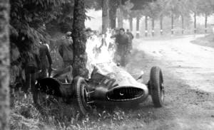 Gorući Mercedes W154 Richarda Seamana koji je izletio s vodeće pozicije po kišom natopljenoj stazi i zabio se u drvo. Seaman je zadobio po život opasne opekline od kojih je kasnije preminuo. (25.6.1939.) Foto: 1300ccm.de
