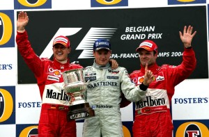 Kimi Raikkonen slavi prvu pobjedu sezone ispred Michaela Schumachera i Rubensa Barrichella. Nijemac je drugim mjestom osvojio sedmi naslov svjetskog prvaka. (29.8.2004.) Foto: Sutton