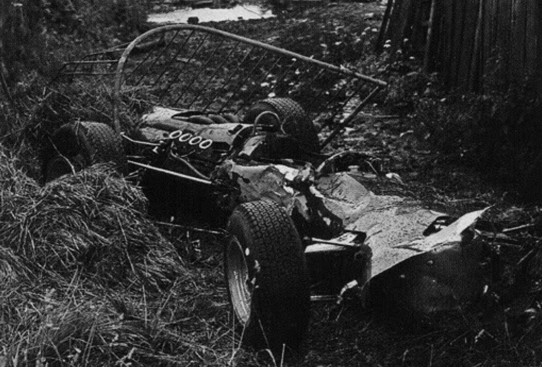 Ostaci izgorenog BRM-a P261 Jackieja Stewarta koji je po iznimno teškim uvjetima izletio sa staze, udario u kućicu, telegrafski stup, prevrnuo se i zaglavio u bolidu. Škota su nakon pola izvukli Graham Hill i Bob Bondurant. (12.6.1966.) Foto: primotipo.com
