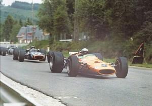 Bruce McLaren vodi ispred Pedra Rodrigueza na putu prema prvoj pobjedi u Formuli 1. (9.6.1968.) Foto: f1-history