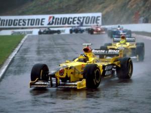 Damon Hill vodi ispred momčadskog kolege u Jordanu, Ralfa Schumachera. Utrka je ponovno startana nakon spektakularnog incidenta u kojem je odustalo više od polovice vozača. Bila je ovo prva pobjeda za momčad Eddieja Jordana. (30.8.1998.) Foto: livef1