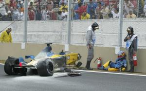 Alonso nakon nesreće na VN Brazila 2003. Španjolac je prošao bez ozljeda, ali nije sudjelovao u slavlju na pobjedničkom postolju s Raikkonenom i Fisichellom. (6.4.2003.) Foto: earthspotter
