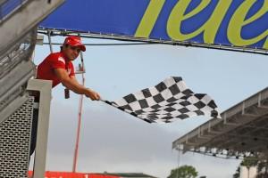 Felipe Massa maše kockastom zastavom na kraju utrke VN Brazila 2009. Brazilac se uspješno vratio početkom iduće sezone nakon nesreće na VN Mađarske 2009. (18.10.2009.) Foto: autoracing1