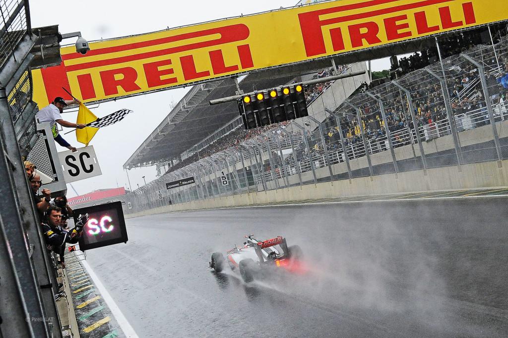 Jenson Button u McLarenu slavi pobjedu na posljednjoj utrci prvenstva u Brazilu. Britanac je iste godine slavio i na prvoj utrci prvenstva. Ujedno je to i posljednja pobjeda za McLaren Mercedes, dan nakon što je Lewis Hamilton ostvario posljednji pole position za to 18 godina dugo savezništvo. (25.11.2012.) Foto: f1fansite