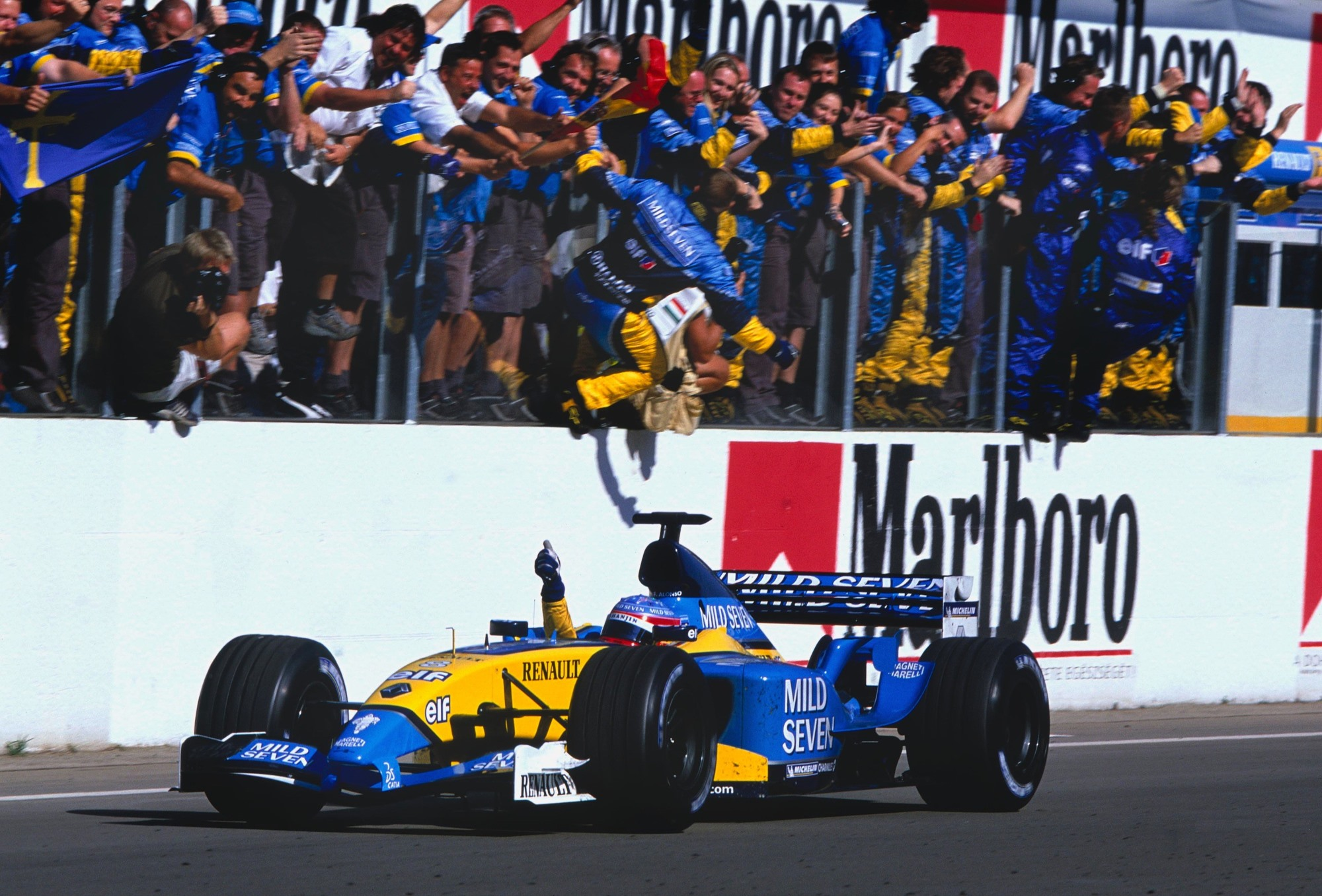 fernando-alonso-renault-r23-first-win-hungary-gp-hungaroring-f1-2003-foto-f1france