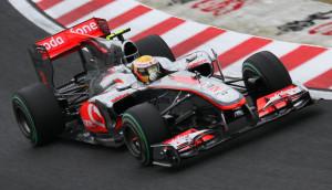 Lewis Hamilton u Suzuki u McLaren Mercedesu MP4-25 koji je imao inovativan F-duct sustav za smanjenje otpora zraka. (8.10.2010.) Foto: McLaren