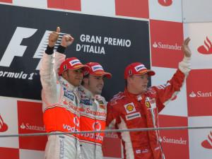 Fernando Alonso i Lewis Hamilton slave dvostruku pobjedu McLarena u Monzi 2007. u vrlo teškim trenucima za McLaren. Ovaj će trojac u posljednjoj utrci u Brazilu voditi uzbudljivu borbu za naslov prvaka. (9.9.2007.) Foto: f1-fansite.com