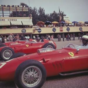 Tri Ferrarija uoči starta VN Italije 1960. (najbliži kameri Phil Hill, br.20, sredina Richie Ginther, br.18, najdalji Willy Mairesse, br.16). Ferrarijev trojac je u tom redoslijedu započeo i završio utrku, što je bila posljednja pobjeda nekog bolida s motorom sprijeda u povijesti Formule 1. (4.9.1960.) Foto: Taringa