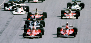 Start VN Italije 1975. Clay Regazzoni (11) u Ferrariju prelazi u vodstvo ispred momčadskog kolege Nikija Laude (12). Regazzoni je pobijedio, a Lauda je trećim mjestom osvojio naslov prvaka. (7.9.1975.) Foto: collectorstudio.com