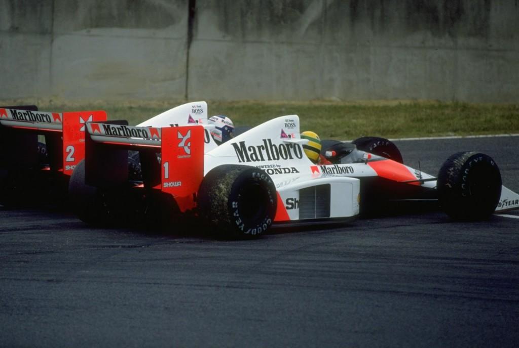 Senna i Prost nakon sudara pretkraj utrke. Prost je blokirao ambiciozan Sennin pokušaj na kočenju u posljednju šikanu, nakon čega je došlo do sudara McLarenova dvojca. Senna je nastavio i pobijedio, ali je diskvalificiran zbog neispravno odvožene šikane te je prvak postao Prost. (22.10.1989.) Foto: reddit