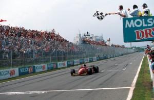 Jean Alesi osvaja svoju prvu i posljednju F1 pobjedu na stazi koja nosi ime legendarnog Gillesa i to u crvenom bolidu s njegovim brojem 27. Istinski trenutak za pamćenje. (11.6.1995.) Foto: Ferrari