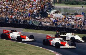 Alain Prost i Niki Lauda u svojim Marlboro McLaren-TAG MP4-2 bolidima prestižu Huuba Rothengattera u Spirit-Hartu 101 za vrijeme VN Kanade 1984. Oboje su završili iza pobjednika Nelsona Piqueta u Brabham-BMW-u, a Nizozemac Rothengatter će kasnije postati menadžer Josu Verstappenu. (17.6.1984.) Foto: itsawheelthing