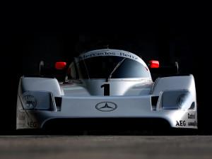 Prekrasni Mercedes-Benz C11 s kojim je Team Sauber Mercedes osvojio Svjetsko prvenstvo prototipa 1990. sa sedam pobjeda u dvanaest utrka. C11 je imao Mercedesov V8 motor s dva turba i 730 KS, težio je 905 kg i jurio 400 km/h. Foto: auto.samondeo