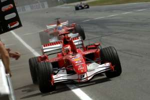 michael-schumacher-felipe-massa-ferrari-f248f1-german-gp-hockenheim-f1-2006-celebrating-victory-foto-ferrari
