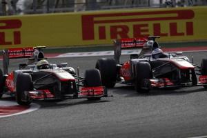 Perez i Button u McLarenima MP4-28 bore se za poziciju na VN Bahraina 2013. Bio je to posljednji McLarenov bolid sa 2.4-litrenim V8 motorom. (21.4.2013.) Foto: McLaren