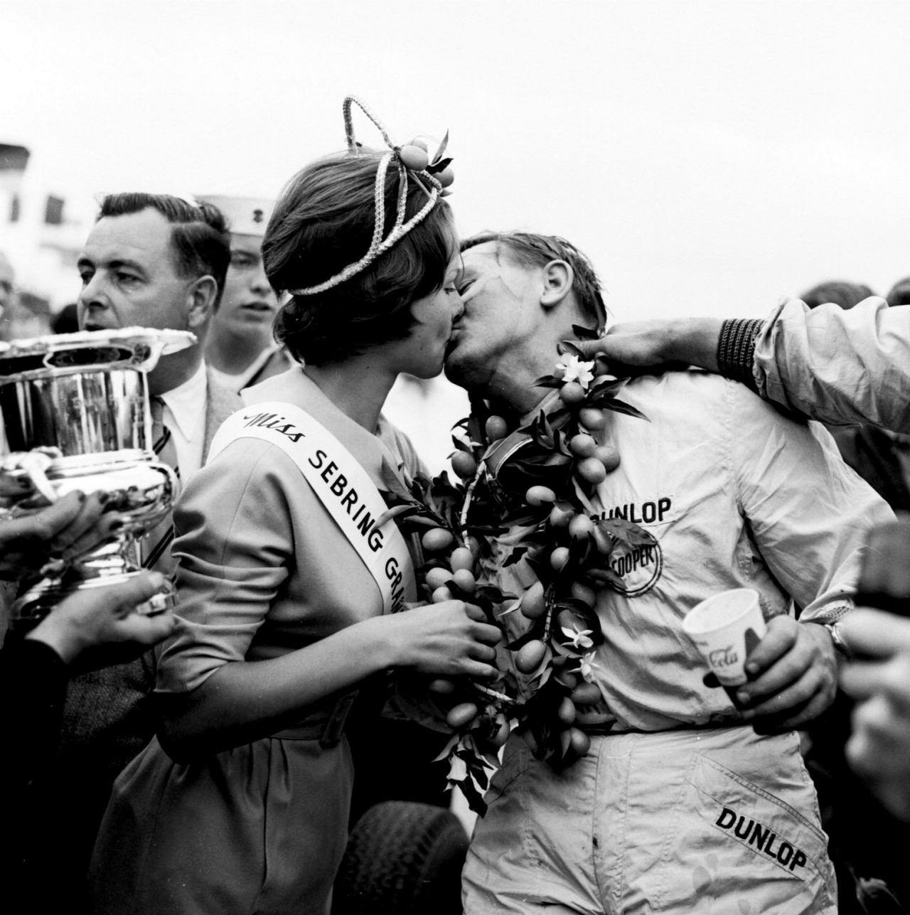 Bruce McLaren slavi prvu pobjedu u Formuli 1. (12.12.1959.) Foto: McLaren