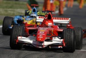 Schumacher je 2006. na četvrtoj utrci prvenstva u San Marinu osvojio svoj 66. pole position i prestigao Sennu koji je 65. puta startao s najbolje startne pozicije. U nedjelju je nakon uzbudljive borbe s Alonsom došao do prve pobjede u sezoni kojom je najavio borbu za naslov prvaka. Bila je to zasad posljednja održana VN San Marina. (23.4.2006.) Foto: Ferrari