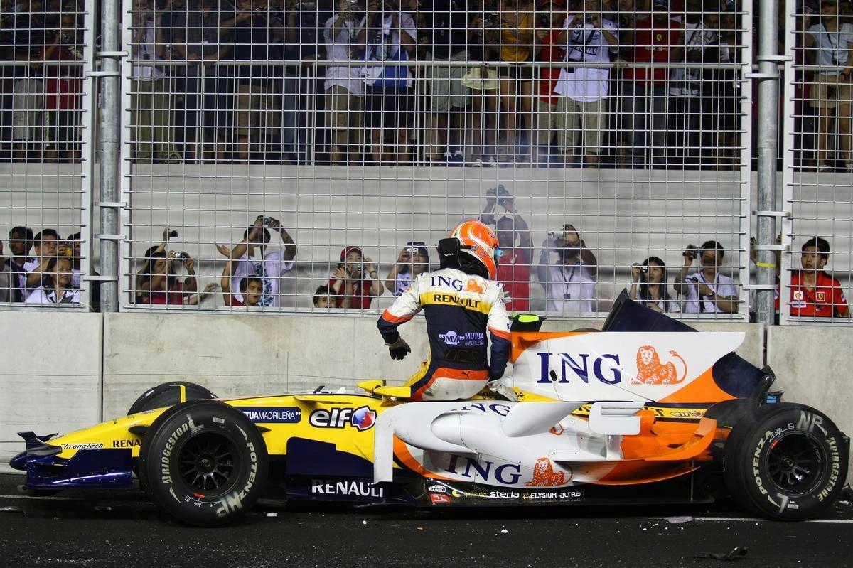 Nelson Piquet nakon sudara u ranoj fazi utrke. Sigurnosni automobil koji je nakon toga izašao omogućio je njegovom momčadskom kolegi Fernandu Alonsu preuzimanje vodstva i pobjedu u utrci. (28.9.2008.) Foto: worldcarfans