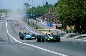 Prva VN Španjolske održana na brzoj, ali i opasnoj stazi Montjuic. U prvom planu je Jack Brabham u Brabham Fordu ispred Jackie Stewarta u Matri Ford koji je kasnije i pobijedio u utrci. (4.5.1969.) Foto: reddit