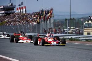 Niki Lauda (Ferrari) ispred Jamesa Hunta (McLaren) na VN Španjolske 1976. održanoj na stazi Jarama. Hunt je kasnije pobijedio u utrci, a Lauda je završio drugi. (2.5.1976.) Foto: ESPN