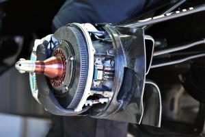 Usisnici za hlađenje kočnica posljednjih su godina postali vrlo kompleksni, a povezani su sa usmjerivačima turbulentne zračne struje s prednjih kotača. Foto: reddit