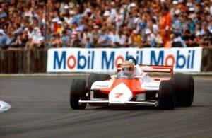 John Watson na putu prema drugoj pobjedi u karijeri i prvoj za McLaren. Bila je to prva pobjeda bolida sa šasijom od karbonskih vlakana (McLaren MP4-1). (18.7.1981.) Foto: McLaren