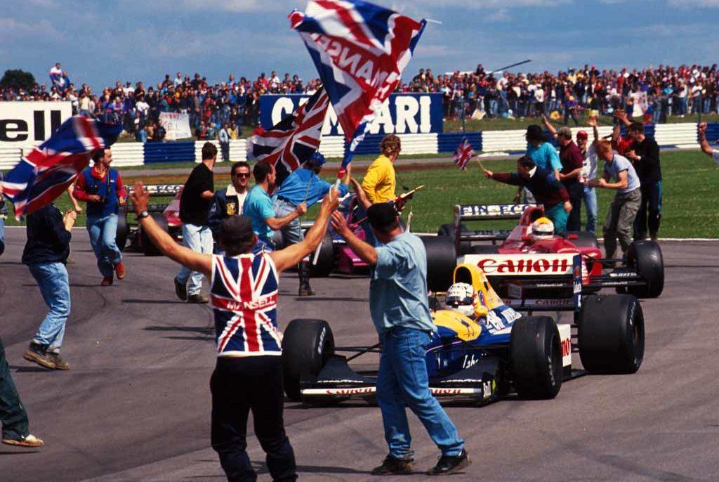 Navijači slave Mansellovu četvrtu pobjedu na VN Velike Britanije (12.7.1992.) Britanac je te godine osvojio naslov prvaka, a na kraju sezone se povukao iz Formule 1. Foto: f1fanatic