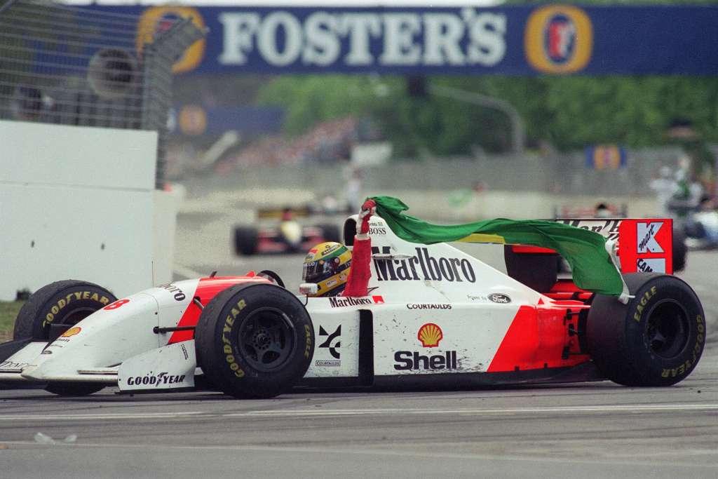 Senna u McLarenu MP4-8 s Brazilskom zastavom slavi 41. pobjedu u karijeri (7.11.1993.) Foto: formulaoneitalia