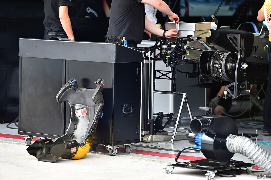 mercedes-w06-hybrid-mechanics-work-on-front-suspension-brazil-gp-interlagos-f1-2015.
