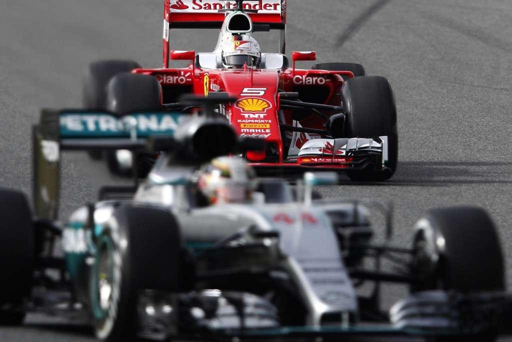 Lewis Hamilton in Mercedes W07 Hybrid leads Sebastian Vettel in Ferrari SF16-H, Barcelona test 22.2.2016. Foto JOSE JORDAN/AFP/Getty Images