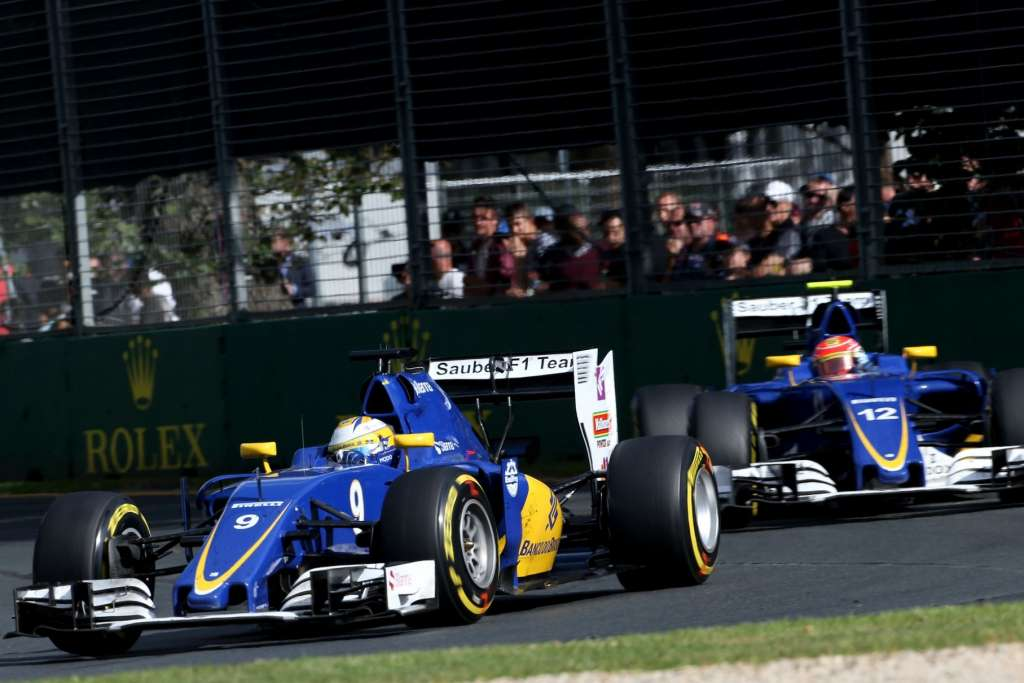 Marcus Ericsson leads his team mate Felipe Nasr at the Australian GP F1 2016.
