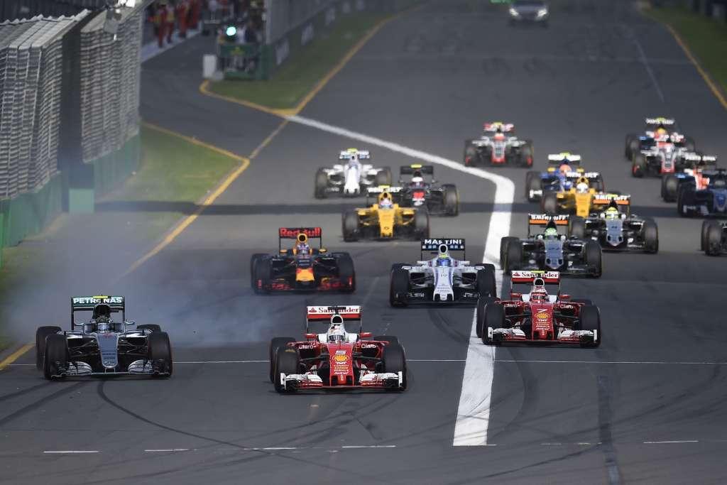 Start of the Australian GP Melbourne F1 2016 Sebastian Vettel leads Nico Rosberg Foto Mercedes