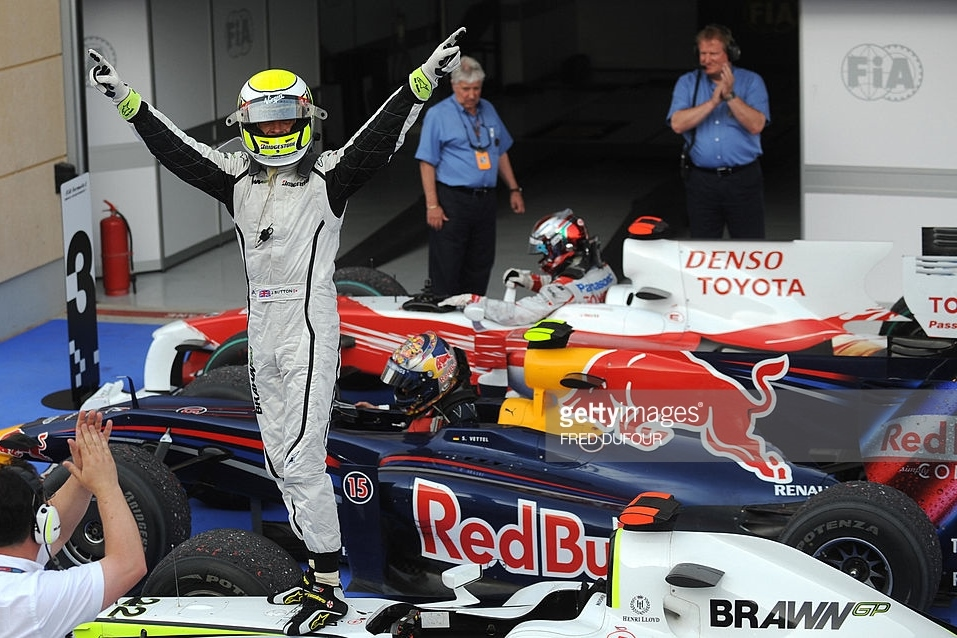 Jenson Button Brawn Mercedes BGP001 celebrates victory on car in parc ferme Bahrain GP F1 2009 Foto F1Fanatic
