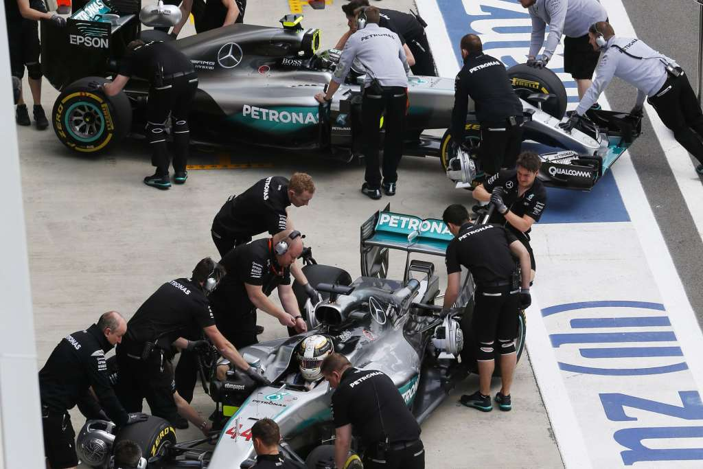 Lewis-Hamilton-and-Nico-Rosberg-Mercedes-W07-Hybrid-in-the-pitlane-Russia-GP-F1-2016-Foto-Mercedes