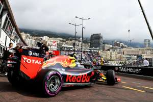Daniel Ricciardo Red Bull TAG Heuer RB12 Monaco GP garage exit F1 2016 Foto Red Bull