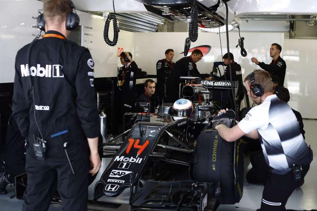 Fernando Alonso McLaren Honda MP4-31 Russia GP Sochi F1 2016 in garage prepares to go Foto McLaren