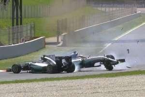 Dva Mercedesa sudarila su se prvi put nakon VN Belgije 2014., ali ovoga puta su oba vozača odustala