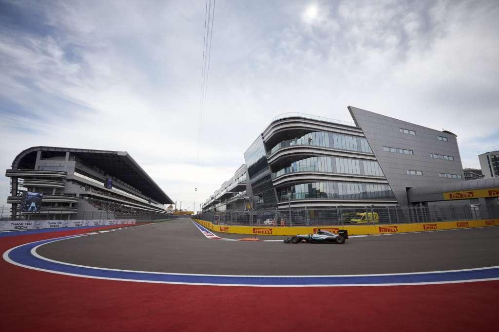 Lewis Hamilton Mercedes W07 Hybrid Russia GP F1 2016 final corner Foto Mercedes