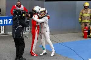 Vettel and Hamilton Canada F1 2016 post race hug Foto Mercedes