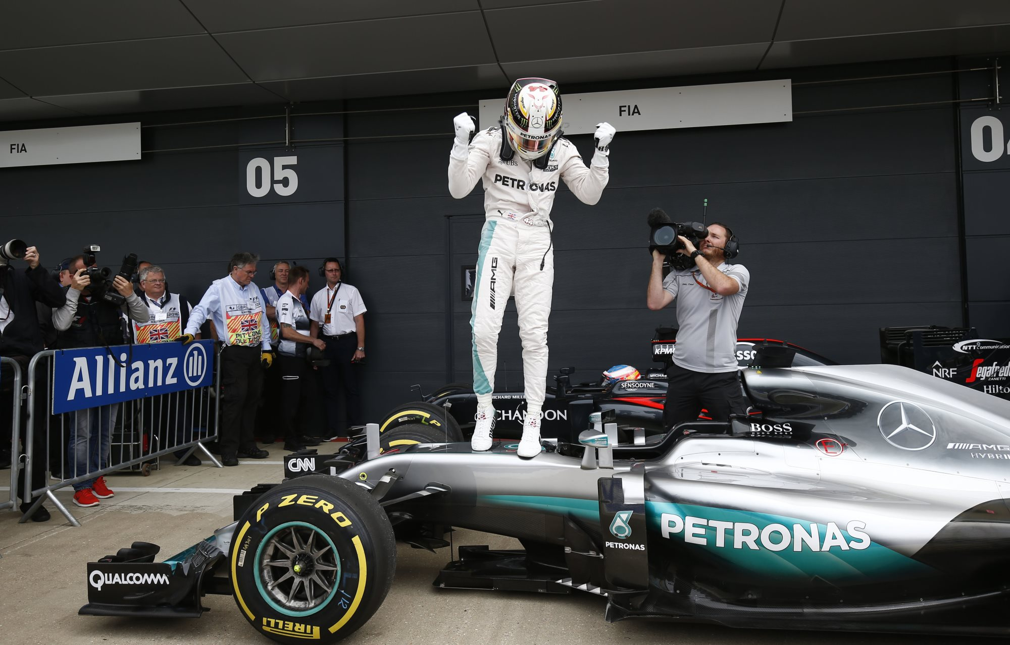 Lewis Hamilton Mercedes F1 W07 Hybrid Great Britain GP celebrates pole on car Silverstone F1 2016 Foto Daimler