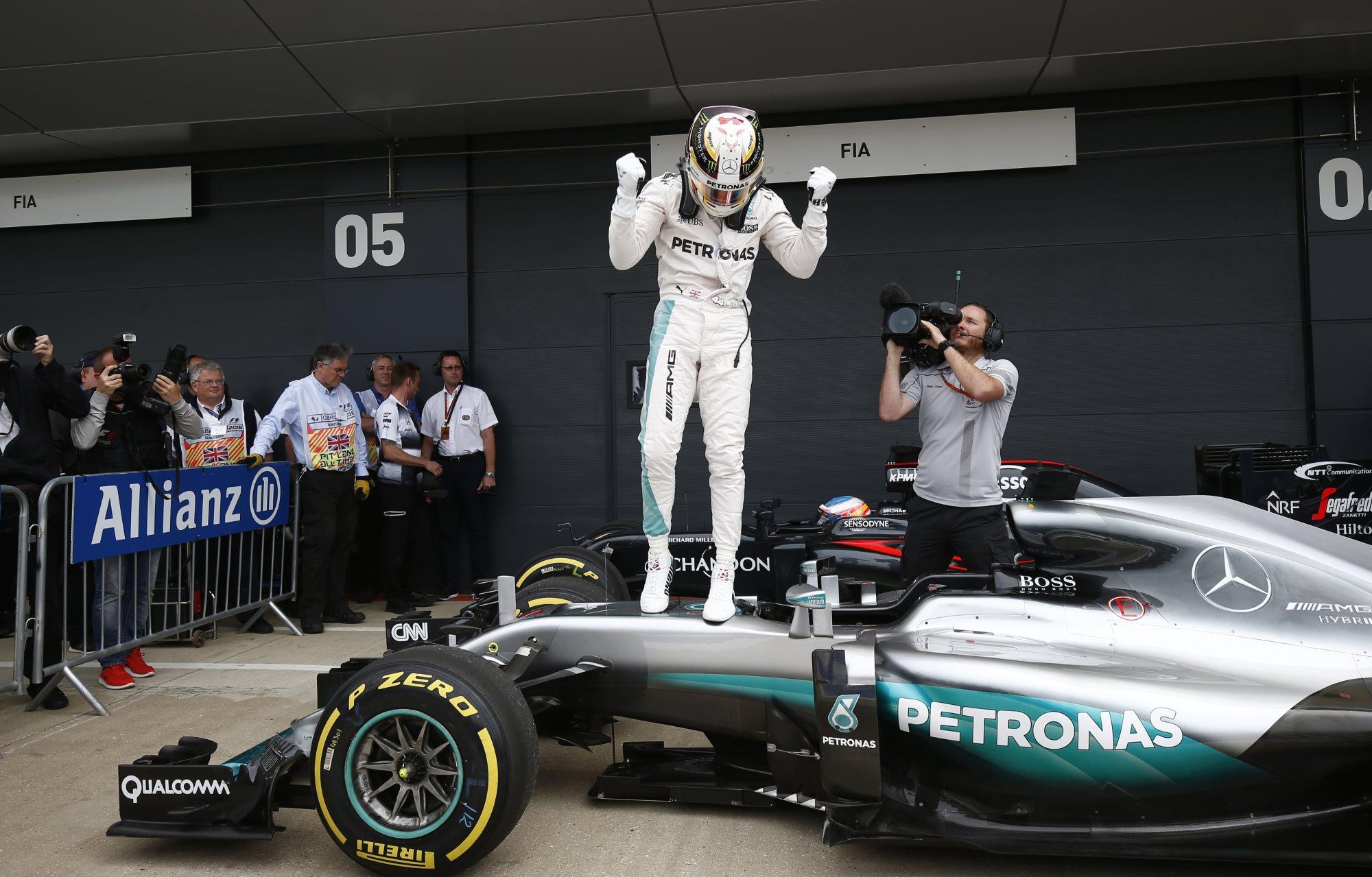 Lewis Hamilton Mercedes F1 W07 Hybrid Great Britain GP celebrates pole on car Silverstone F1 2016 Foto Daimler